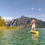 Stand up Paddeln am Mondsee mit Schafberg im Hintergrund