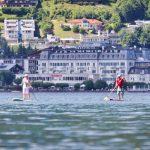 Stand up Paddler am Zellersee vor dem Casino
